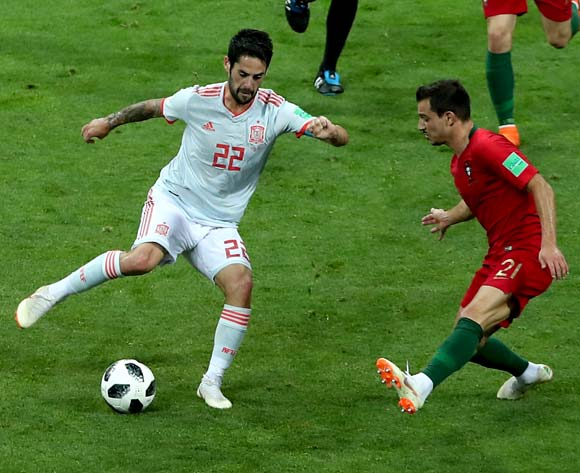 epa06811192 Isco of Spain (L) and Cedric of Portugal in action during the FIFA World Cup 2018 group B preliminary round soccer match between Portugal and Spain in Sochi, Russia, 15 June 2018.