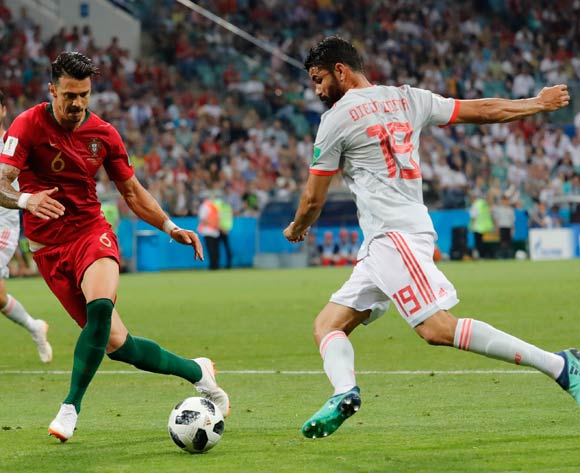 epa06811210 Diego Costa (R) of Spain and Jose Fonte of Portugal in action during the FIFA World Cup 2018 group B preliminary round soccer match between Portugal and Spain in Sochi, Russia, 15 June 2018.