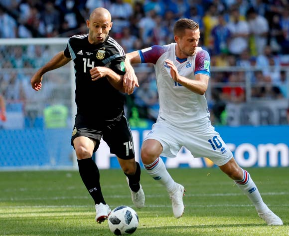 epa06812997 Javier Mascherano of Argentina (L) and Gylfi Sigurdsson of Iceland in action during the FIFA World Cup 2018 group D preliminary round soccer match between Argentina and Iceland in Moscow, Russia, 16 June 2018.