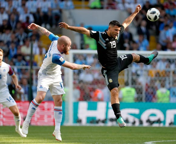 epa06813015 Aron Gunnarsson of Iceland (L) and Sergio Aguero of Argentina in action during the FIFA World Cup 2018 group D preliminary round soccer match between Argentina and Iceland in Moscow, Russia, 16 June 2018.