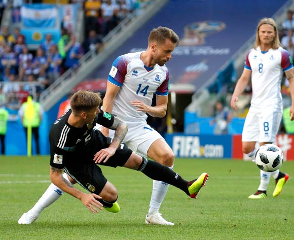 epa06813016 Lucas Biglia of Argentina (L) and Kari Arnason of Iceland in action during the FIFA World Cup 2018 group D preliminary round soccer match between Argentina and Iceland in Moscow, Russia, 16 June 2018.