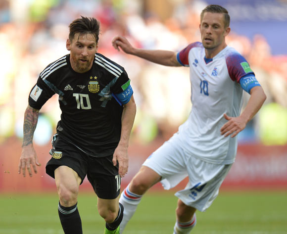 epa06813604 Lionel Messi (L) of Argentina and Gylfi Sigurdsson of Iceland in action during the FIFA World Cup 2018 group D preliminary round soccer match between Argentina and Iceland in Moscow, Russia, 16 June 2018.