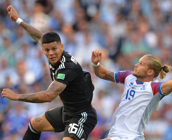 epa06813606 Marcos Rojo (L) of Argentina and Rurik Gislason of Iceland in action during the FIFA World Cup 2018 group D preliminary round soccer match between Argentina and Iceland in Moscow, Russia, 16 June 2018.
