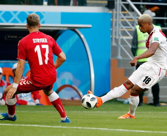epa06813736 Andre Carrillo of Peru (R) and Jens Stryger Larsen of Denmark in action during the FIFA World Cup 2018 group C preliminary round soccer match between Peru and Denmark in Saransk, Russia, 16 June 2018.