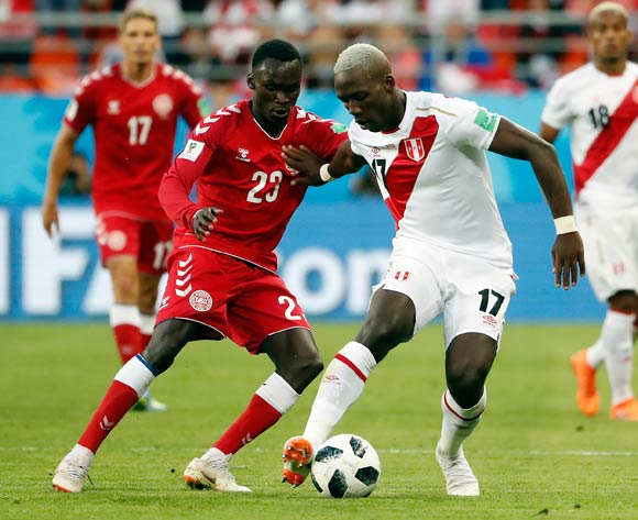 epa06814028 Pione Sisto of Denmark (L) and Luis Advincula of Peru during the FIFA World Cup 2018 group C preliminary round soccer match between Peru and Denmark in Saransk, Russia, 16 June 2018.
