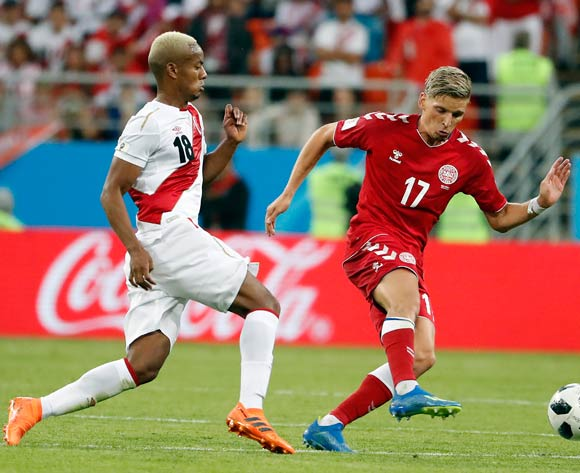 epa06814040 Jens Stryger Larsen of Denmark (R) and Andre Carrillo of Peru in action during the FIFA World Cup 2018 group C preliminary round soccer match between Peru and Denmark in Saransk, Russia, 16 June 2018.