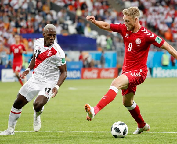 epa06814074 Nicolai Jorgensen of Denmark (R) and Luis Advincula of Peru in action during the FIFA World Cup 2018 group C preliminary round soccer match between Peru and Denmark in Saransk, Russia, 16 June 2018.