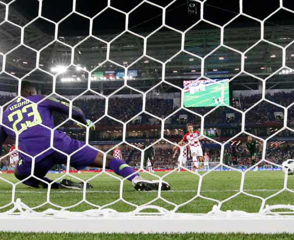 epa06814452 Luka Modric of Croatia scores the 2-0 with a penalty against goalkeeper Francis Uzoho of Nigeria during the FIFA World Cup 2018 group D preliminary round soccer match between Croatia and Nigeria in Kaliningrad, Russia, 16 June 2018.