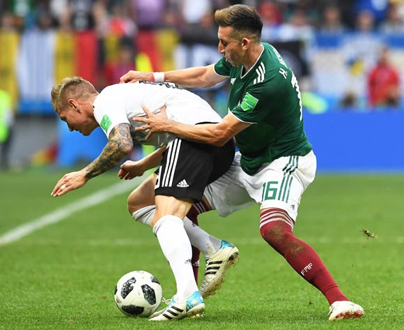 epa06816461 Hector Herrera (R) of Mexico in action against Toni Kroos (L) of Germany during the FIFA World Cup 2018 group F preliminary round soccer match between Germany and Mexico in Moscow, Russia, 17 June 2018. Mexico won 1-0.