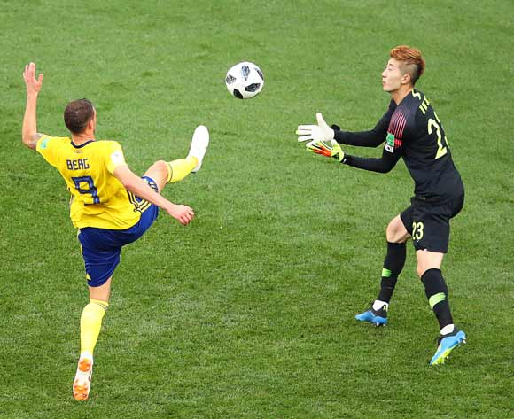 epa06818492 Marcus Berg (L) of Sweden in action against South Korea's goalkeeper Jo Hyeon-woo (R) during the FIFA World Cup 2018 group F preliminary round soccer match between Sweden and South Korea in Nizhny Novgorod, Russia, 18 June 2018.