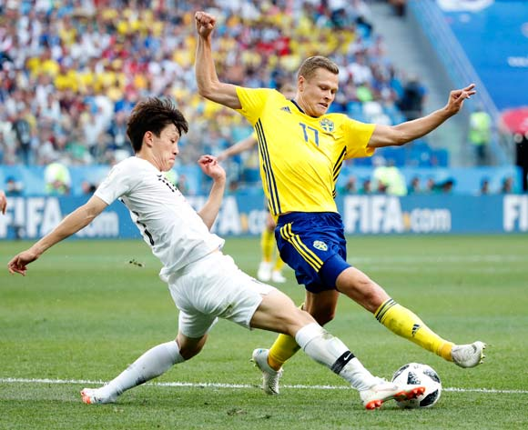 epa06818655 Hwang Hee-chan (L) of South Korea and Viktor Claesson of Sweden in action during the FIFA World Cup 2018 group F preliminary round soccer match between Sweden and South Korea in Nizhny Novgorod, Russia, 18 June 2018.