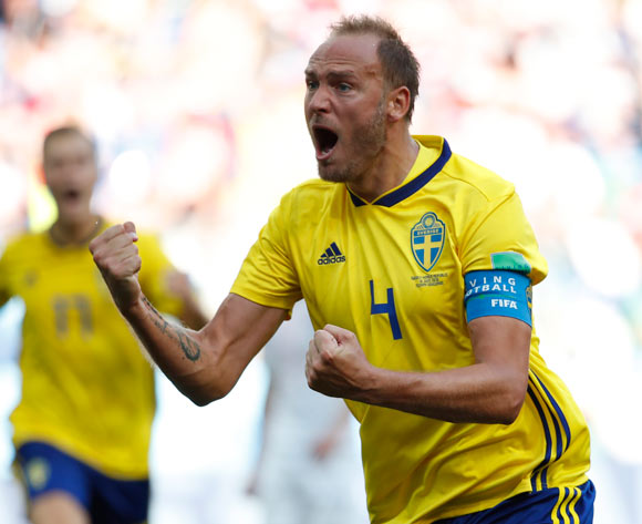 epa06818683 Andreas Granqvist (R) of Sweden celebrates after converting a penalty during the FIFA World Cup 2018 group F preliminary round soccer match between Sweden and South Korea in Nizhny Novgorod, Russia, 18 June 2018.