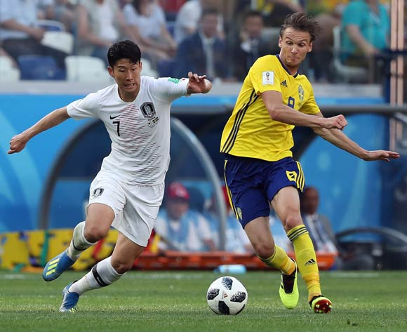 epa06818693 Albin Ekdal of Sweden (R) and Son Heung-min of South Korea in action during the FIFA World Cup 2018 group F preliminary round soccer match between Sweden and South Korea in Nizhny Novgorod, Russia, 18 June 2018.