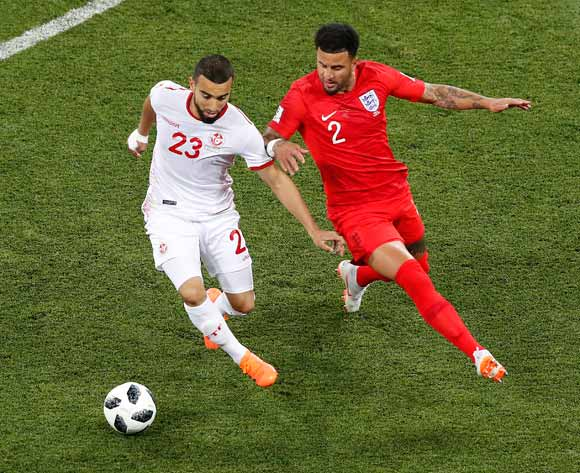 epa06819655 Kyle Walker of England (R) Naim Sliti of Tunisia in action during the FIFA World Cup 2018 group G preliminary round soccer match between Tunisia and England in Volgograd, Russia, 18 June 2018.