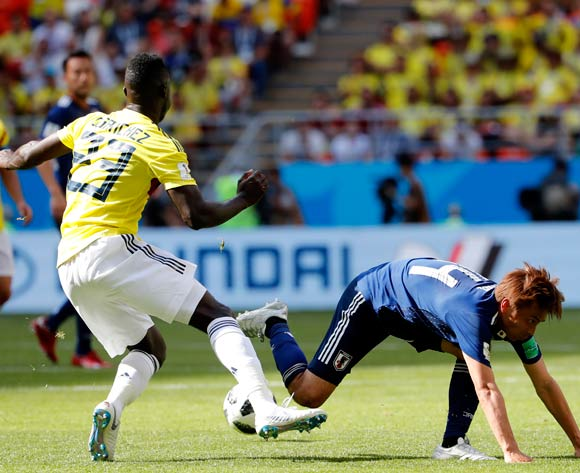 epa06820860 Davinson Sanchez (L) of Colombia and Takashi Inui of Japan in action during the FIFA World Cup 2018 group H preliminary round soccer match between Colombia and Japan in Saransk, Russia, 19 June 2018.