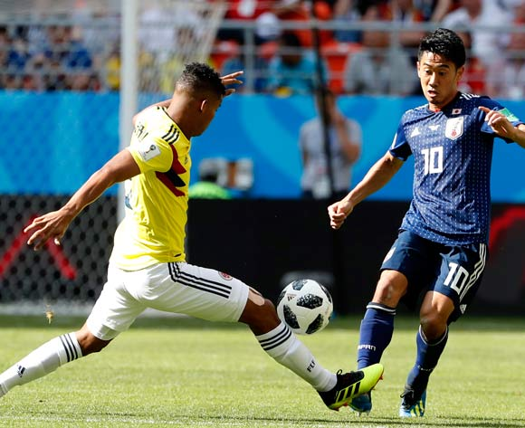 epa06820866 Shinji Kagawa (R) of Japan in action during the FIFA World Cup 2018 group H preliminary round soccer match between Colombia and Japan in Saransk, Russia, 19 June 2018.