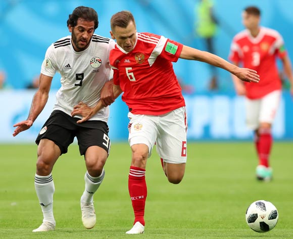 epa06822402 Marwan Mohsen (L) of Egypt and Denis Cheryshev of Russia in action during the FIFA World Cup 2018 group A preliminary round soccer match between Russia and Egypt in St.Petersburg, Russia, 19 June 2018.