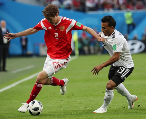 epa06822451 Mario Fernandes (L) of Russia and Mohamed Abdelshafy of Egypt in action during the FIFA World Cup 2018 group A preliminary round soccer match between Russia and Egypt in St.Petersburg, Russia, 19 June 2018.