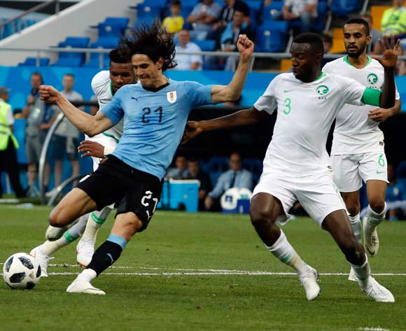 epa06825055 Edinson Cavani of Uruguay (L) tries to score during the FIFA World Cup 2018 group A preliminary round soccer match between Uruguay and Saudi Arabia in Rostov-On-Don, Russia, 20 June 2018.