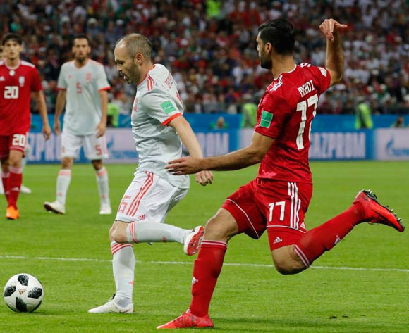 epa06825498 Andres Iniesta (L) of Spain and Mehdi Taremi (R) of Iran in action during the FIFA World Cup 2018 group B preliminary round soccer match between Iran and Spain in Kazan, Russia, 20 June 2018.