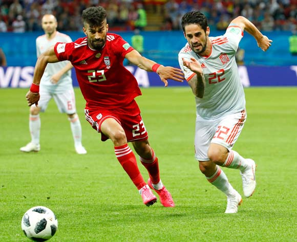 epa06825592 Ramin Rezaeian (L) of Iran and Isco of Spain in action during the FIFA World Cup 2018 group B preliminary round soccer match between Iran and Spain in Kazan, Russia, 20 June 2018.