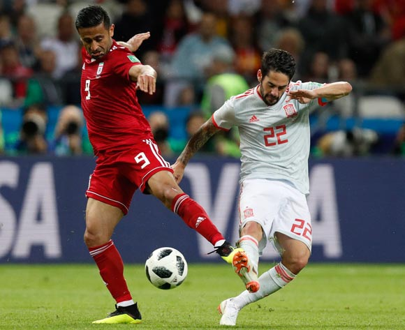 epa06825669 Isco (R) of Spain and Omid Ebrahimi of Iran in action during the FIFA World Cup 2018 group B preliminary round soccer match between Iran and Spain in Kazan, Russia, 20 June 2018.
