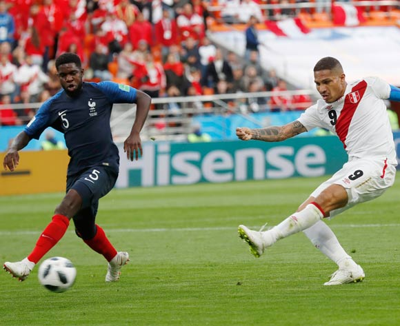 epa06827995 Paolo Guerrero (R) of Peru and Samuel Umtiti of France in action during the FIFA World Cup 2018 group C preliminary round soccer match between France and Peru in Ekaterinburg, Russia, 21 June 2018.
