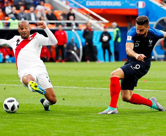 epa06828017 Olivier Giroud (R) of France assists his teammate Kylian Mbappe (not pictured) to score the 1-0 lead during the FIFA World Cup 2018 group C preliminary round soccer match between France and Peru in Ekaterinburg, Russia, 21 June 2018. At left Alberto Rodriguez of Peru.