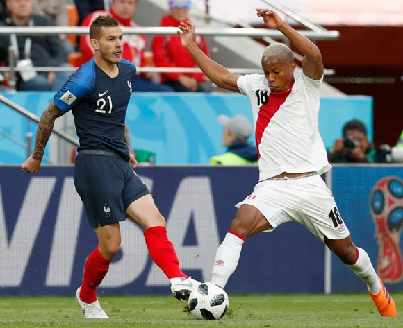 epa06828037 Andre Carrillo (R) of Peru and Lucas Hernandez of France in action during the FIFA World Cup 2018 group C preliminary round soccer match between France and Peru in Ekaterinburg, Russia, 21 June 2018.
