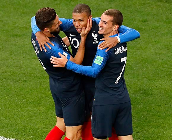 epa06828205 Olivier Giroud of France (L),  Kylian Mbappe of France (C) and Antoine Griezmann of France celebrate during the FIFA World Cup 2018 group C preliminary round soccer match between France and Peru in Ekaterinburg, Russia, 21 June 2018.
