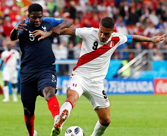 epa06828334 Paolo Guerrero (R) of Peru in action against Samuel Umtiti (L) of France during the FIFA World Cup 2018 group C preliminary round soccer match between France and Peru in Ekaterinburg, Russia, 21 June 2018.