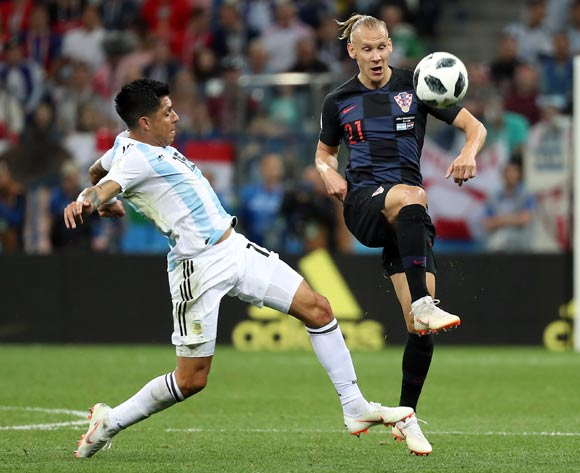epa06828779 Enzo Perez of Argentina (L) and Domagoj Vida of Croatia in action during the FIFA World Cup 2018 group D preliminary round soccer match between Argentina and Croatia in Nizhny Novgorod, Russia, 21 June 2018.