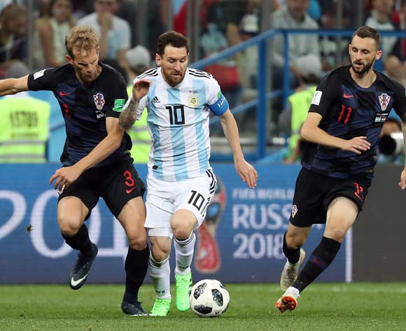 epa06828971 Lionel Messi of Argentina (C) in action against Ivan Strinic of Croatia and Marcelo Brozovic of Croatia during to the FIFA World Cup 2018 group D preliminary round soccer match between Argentina and Croatia in Nizhny Novgorod, Russia, 21 June 2018.