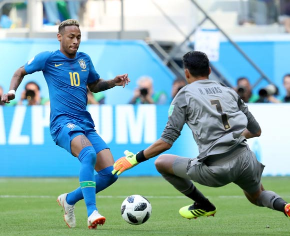epa06830191 Neymar (L) of Brazil and Goalkeeper Keylor Navas of Costa Rica in action during the FIFA World Cup 2018 group E preliminary round soccer match between Brazil and Costa Rica in St.Petersburg, Russia, 22 June 2018.