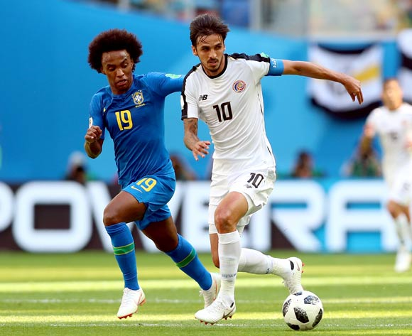epa06830247 Bryan Ruiz of Costa Rica (R) and Willian of Brazil (L) in action during the FIFA World Cup 2018 group E preliminary round soccer match between Brazil and Costa Rica in St.Petersburg, Russia, 22 June 2018.
