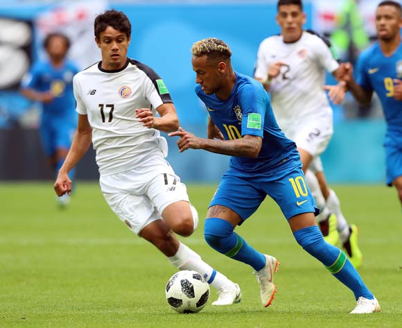 epa06830534 Yeltsin Tejeda of Costa Rica (L) and Neymar of Brazil in action during the FIFA World Cup 2018 group E preliminary round soccer match between Brazil and Costa Rica in St.Petersburg, Russia, 22 June 2018.