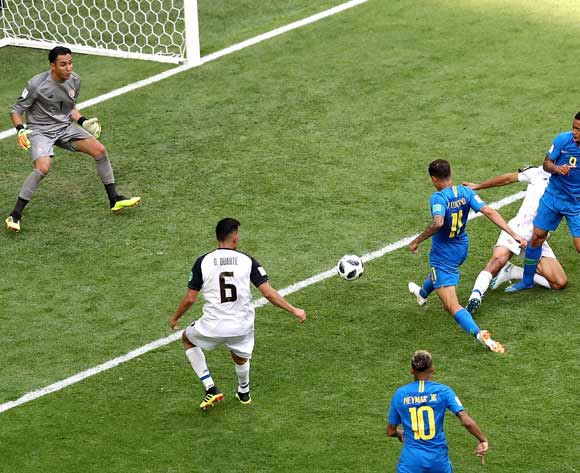 epa06830624 Philippe Coutinho of Brazil (C) scores the 1-0 lead during the FIFA World Cup 2018 group E preliminary round soccer match between Brazil and Costa Rica in St.Petersburg, Russia, 22 June 2018.