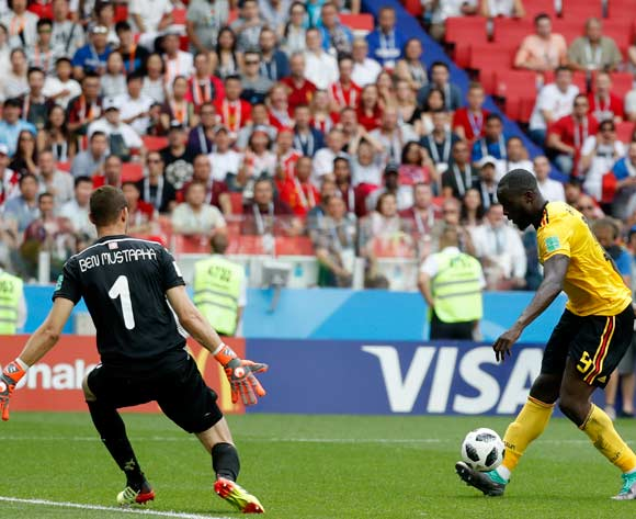epa06833113 Romelu Lukaku (R) of Belgium scores the 3-1 lead during the FIFA World Cup 2018 group G preliminary round soccer match between Belgium and Tunisia in Moscow, Russia, 23 June 2018.