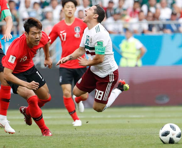 epa06833689 Kim Young-gwon (L) of South Korea and Andres Guardado of Mexico in action during the FIFA World Cup 2018 group F preliminary round soccer match between South Korea and Mexico in Rostov-On-Don, Russia, 23 June 2018.