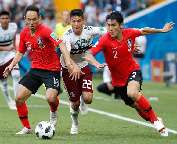 epa06833874 Hirving Lozano (C) of Mexico vies for the ball with Moon Seon-min (L) and Lee Yong (R) of South Korea during the FIFA World Cup 2018 group F preliminary round soccer match between South Korea and Mexico in Rostov-On-Don, Russia, 23 June 2018.