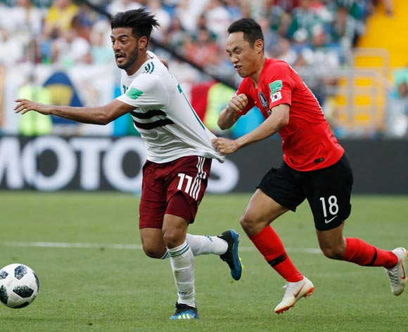 epa06833899 Carlos Vela (L) of Mexico and Moon Seon-min of South Korea in action during the FIFA World Cup 2018 group F preliminary round soccer match between South Korea and Mexico in Rostov-On-Don, Russia, 23 June 2018.