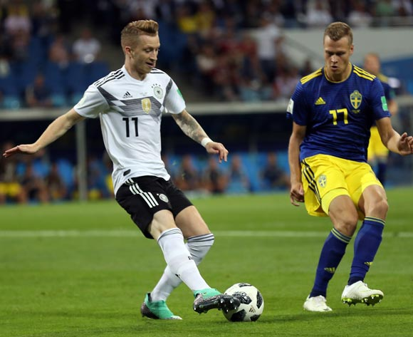 epa06834477 Marco Reus of Germany (L) and Viktor Claesson of Sweden (R) in action during the FIFA World Cup 2018 group F preliminary round soccer match between Germany and Sweden in Sochi, Russia, 23 June 2018.