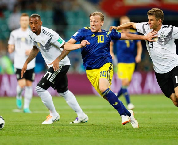 epa06834484 Emil Forsberg (C) of Sweden in action against Thomas Mueller (R) of Germany during the FIFA World Cup 2018 group F preliminary round soccer match between Germany and Sweden in Sochi, Russia, 23 June 2018.