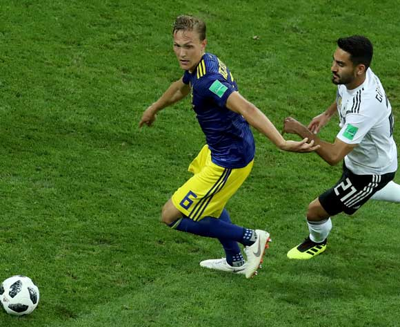 epa06834617 Ludwig Augustinsson (L) of Sweden and Ilkay Guendogan of Germany in action during the FIFA World Cup 2018 group F preliminary round soccer match between Germany and Sweden in Sochi, Russia, 23 June 2018.