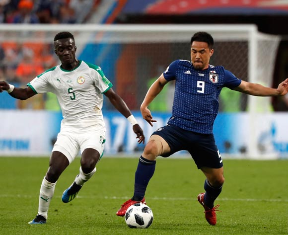epa06836929 Idrissa Gueye of Senegal and Shinji Okazaki of Japan in action during the FIFA World Cup 2018 group H preliminary round soccer match between Japan and Senegal in Ekaterinburg, Russia, 24 June 2018.