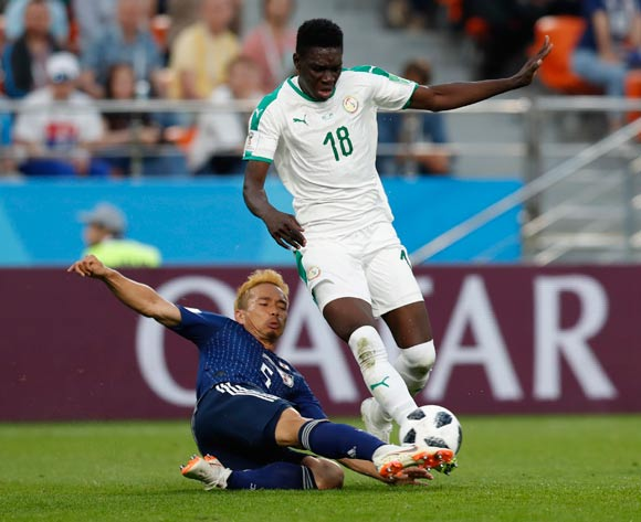 epa06836935 Yuto Nagatomo (L) of Japan and Ismaila Sarr of Senegal in action during the FIFA World Cup 2018 group H preliminary round soccer match between Japan and Senegal in Ekaterinburg, Russia, 24 June 2018.