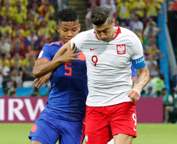 epa06837206 Robert Lewandowski (R) of Poland and Wilmar Barrios of Colombia in action during the FIFA World Cup 2018 group H preliminary round soccer match between Poland and Colombia in Kazan, Russia, 24 June 2018.