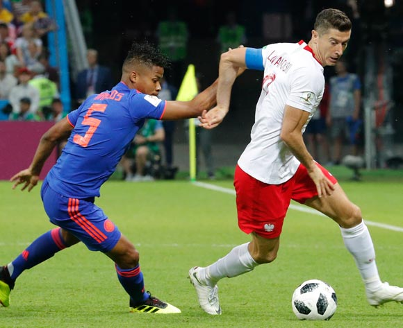 epa06837215 Robert Lewandowski (R) of Poland and Wilmar Barrios of Colombia in action during the FIFA World Cup 2018 group H preliminary round soccer match between Poland and Colombia in Kazan, Russia, 24 June 2018.
