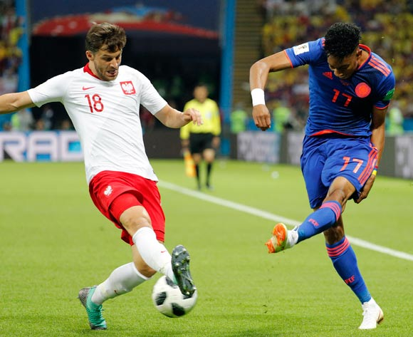 epa06837242 Bartosz Bereszynski of Poland (L) and Johan Mojica of Colombia in action the FIFA World Cup 2018 group H preliminary round soccer match between Poland and Colombia in Kazan, Russia, 24 June 2018.