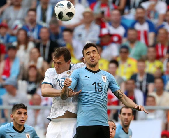 epa06838833 Matias Vecino of Uruguay (R) and Artem Dzyuba of Russia in action during the FIFA World Cup 2018 group A preliminary round soccer match between Uruguay and Russia in Samara, Russia, 25 June 2018.